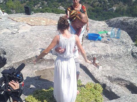 В древнем каменном тарапане давят виноград ногами. Эски-кермен