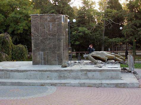 ВКрыму сброшен спостамента иразрушен монумент Ленину