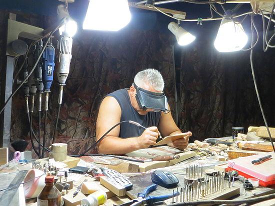 Крымский мастер придумал уникальную технику резьбы по дереву