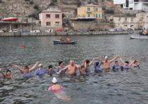 В Балаклаве 200 «моржей» из всей России устроили юбилейный заплыв