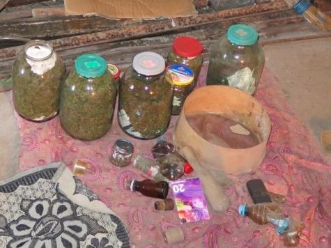 Крымчанин закопал вогороде трехлитровые бутыли смарихуаной