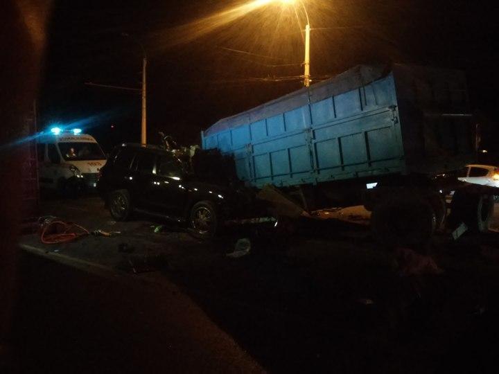 ВСимферополе вседорожный автомобиль наогромной скорости велетел вКАМАЗ, умер чиновник